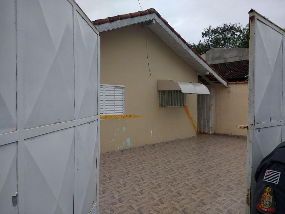 Residência onde os idosos foram encontrados, no bairro Nosso Teto, em Registro (Foto: Dione Aguiar)