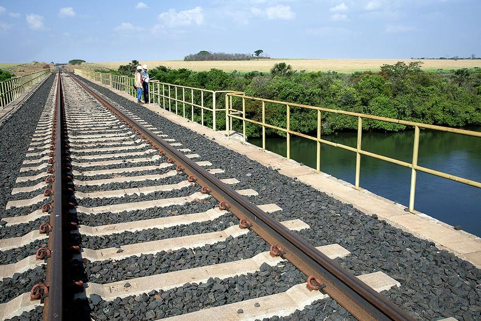 Trecho da ferrovia Norte-Sul, que o governo pretende leiloar ainda em 2018 (Foto: Tina Coêlho/Terra Imagem)