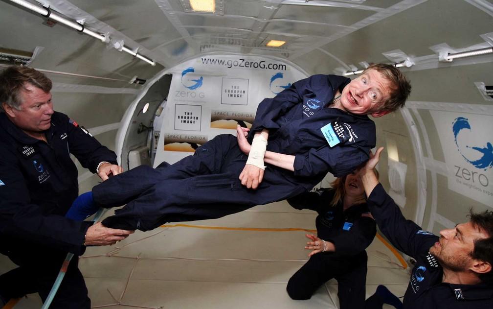 Hawking experimenta zero gravidade durante um voo sobre o Oceano Atlântico. 'Foi incrível ... eu poderia ter ido e continuar', disse na ocasião (Foto: Zero G / AFP Photo)