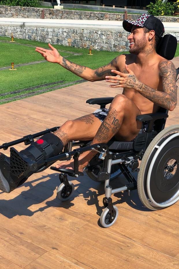 Nemar posa na cadeira de rodas (Foto: Reprodução/Instagram)