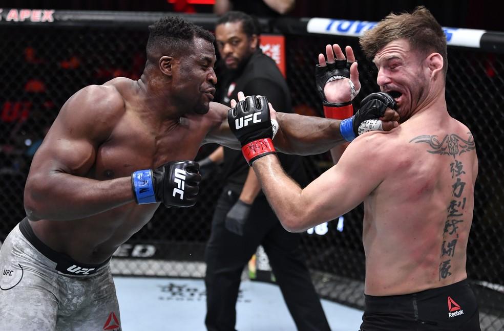 Francis Ngannou nocauteou Stipe Miocic no segundo round no UFC 260 — Foto: Getty Images