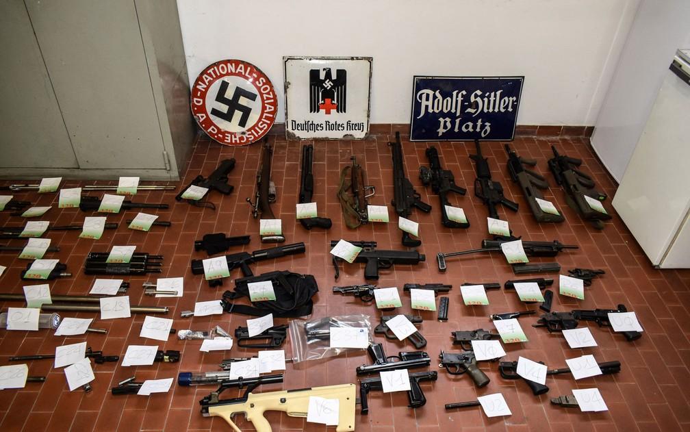 Foto divulgada pela polícia de Turim na segunda-feira (15) mostra armas e munições apreendidas de grupos de extrema-direita em operações que envolveram a colaboração das polícias de Milão, Varese, Forli e Novara. — Foto: HO, Francesco Ammendola/Polizia di Stato/AFP