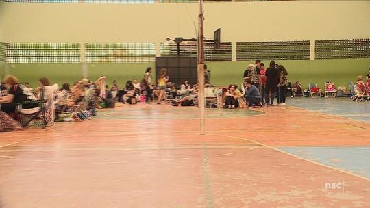 Pais acampam em ginásio para fazer matrícula em escola estadual em Palhoça