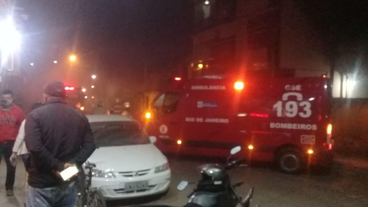 Casa pega fogo no bairro Ano Bom, em Barra Mansa