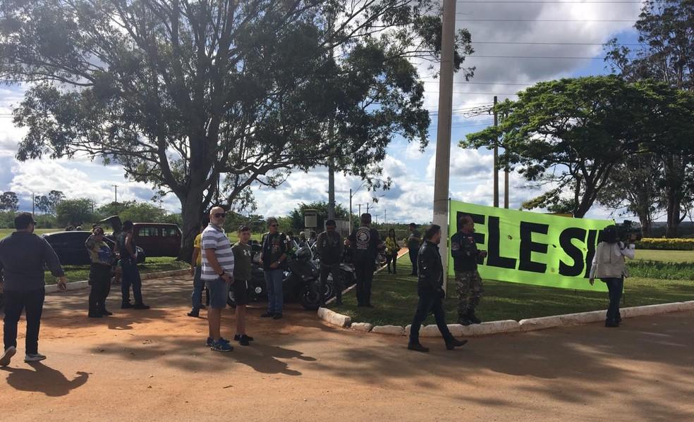 Grupo de motociclistas se reuniu em frente à residência da Granja do Torto para receber Bolsonaro — Foto: Fernanda Vivas/TV Globo