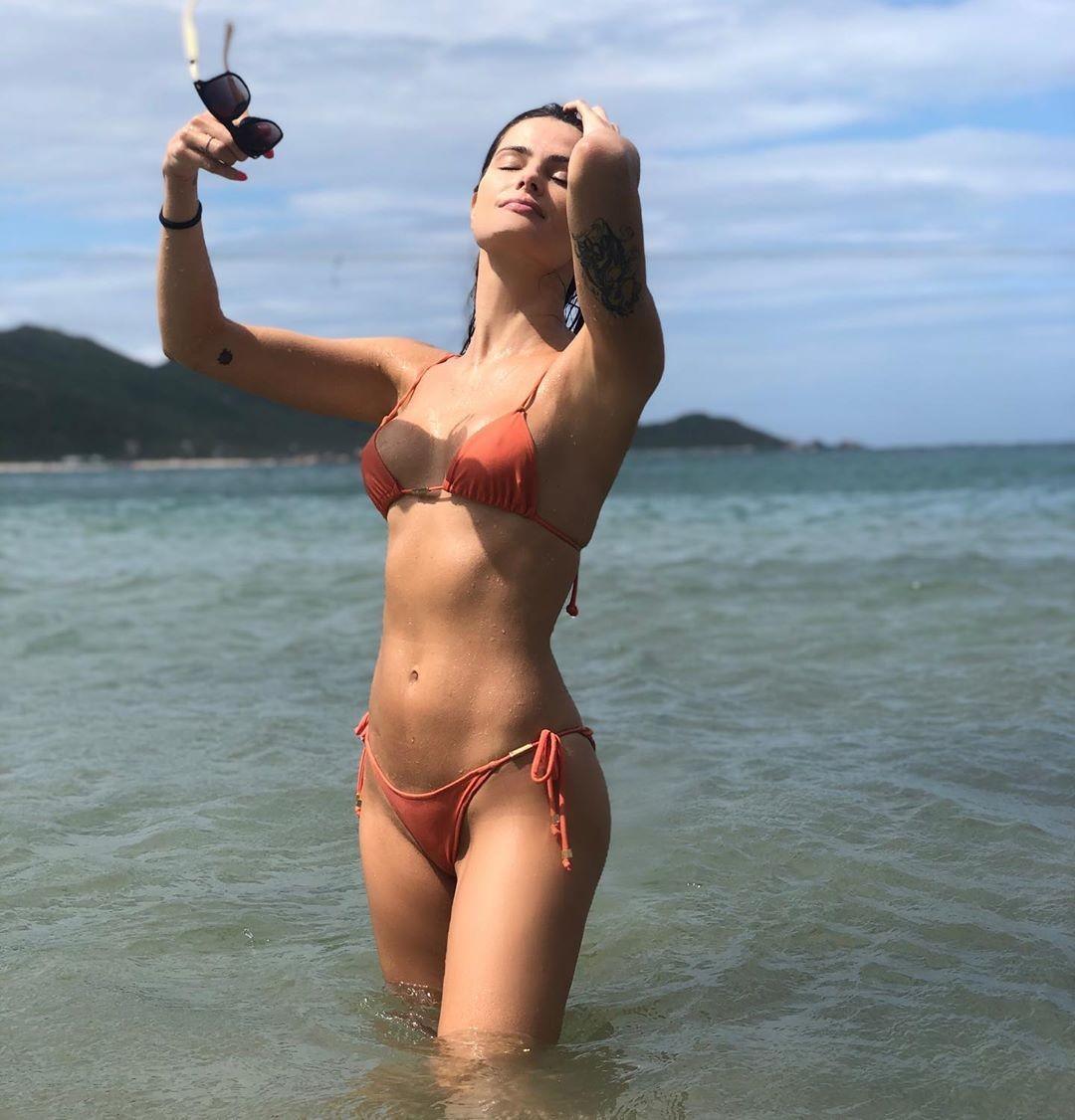 Isabeli Fontana surge de biquíni em clique no mar e filosofa - Vogue | celebridade