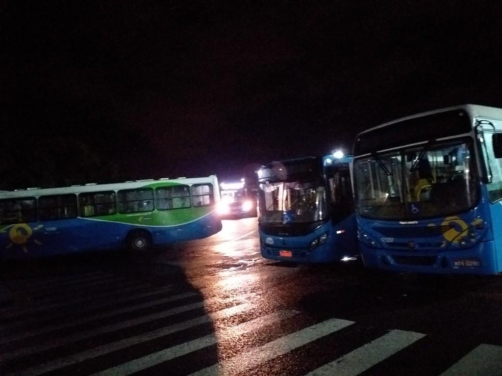 Ônibus foram impedidos de sair da garagem na madrugada desta sexta — Foto: Zedequias Inácio/App TV Gazeta