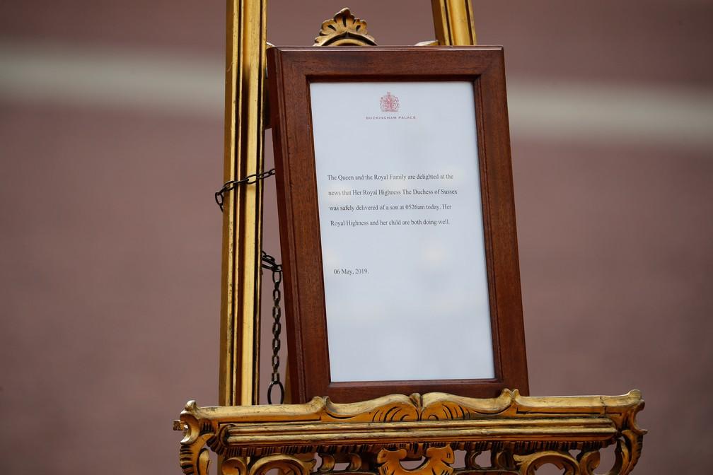 Anúncio do nascimento do filho de Meghan e Harry nesta segunda (6), no Palácio de Buckingham, em Londres. — Foto: Tolga Akmen / AFP