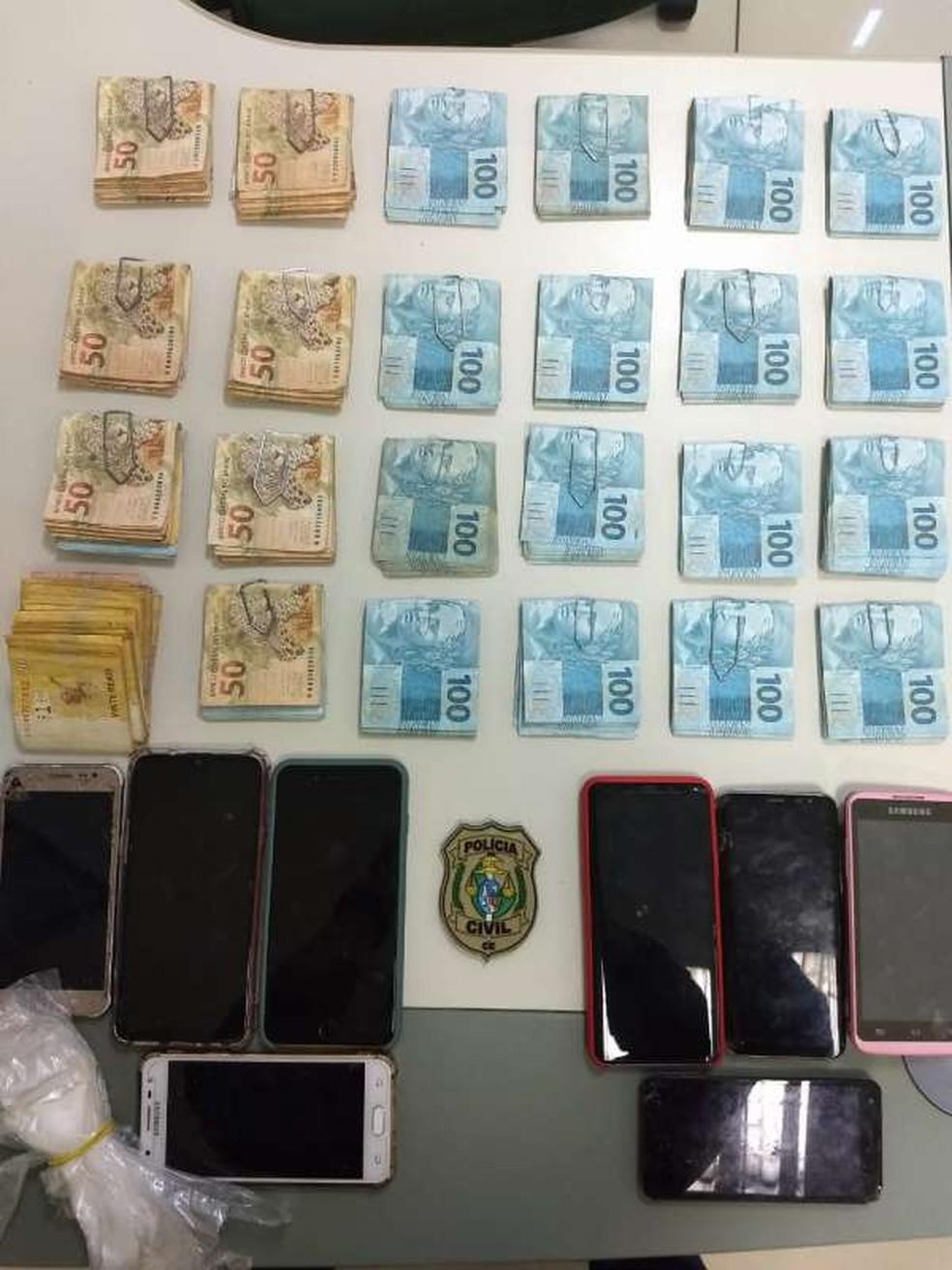 Mãe e filha foram flagradas com aparelhos celulares roubados e R$ 24 mil em espécie em residência no município de Caucaia, na Grande Fortaleza. — Foto: Polícia Civil/ Divulgação