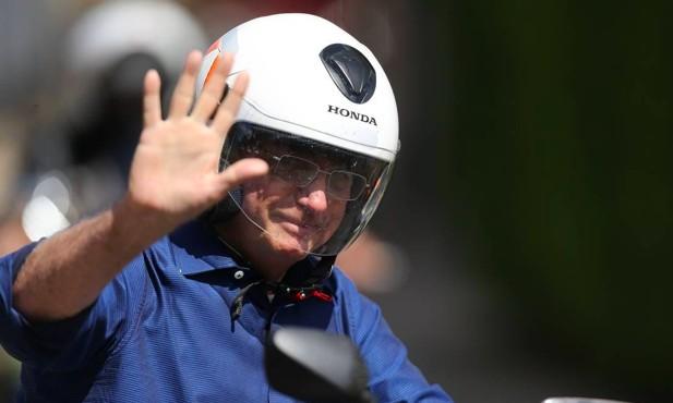 O presidente Jair Bolsonaro, durante passeio de moto por Brasília