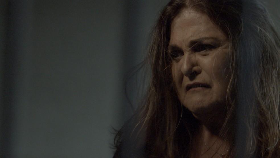 Aurora explode ao ver a filha atrás das grades — Foto: TV Globo
