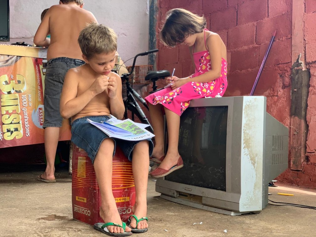 Matheus e os irmãos, em Caraguatatuba — Foto: João Mota/TV Vanguarda