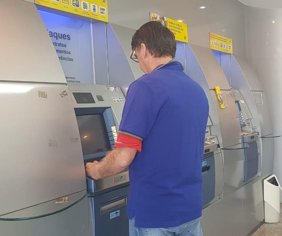 O presidente eleito, Jair Bolsonaro, na manhã deste domingo (9) no banco, no Rio de Janeiro — Foto: Assessoria de imprensa do presidente eleito