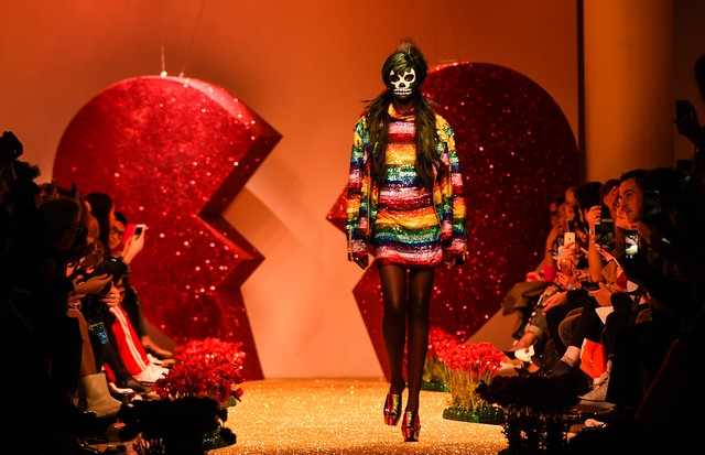 LONDON, ENGLAND - FEBRUARY 20:  A model walks the runway at the Ashish show during the London Fashion Week February 2017 collections on February 20, 2017 in London, England.  (Photo by Eamonn M. McCormack/Getty Images) (Foto: Getty Images)