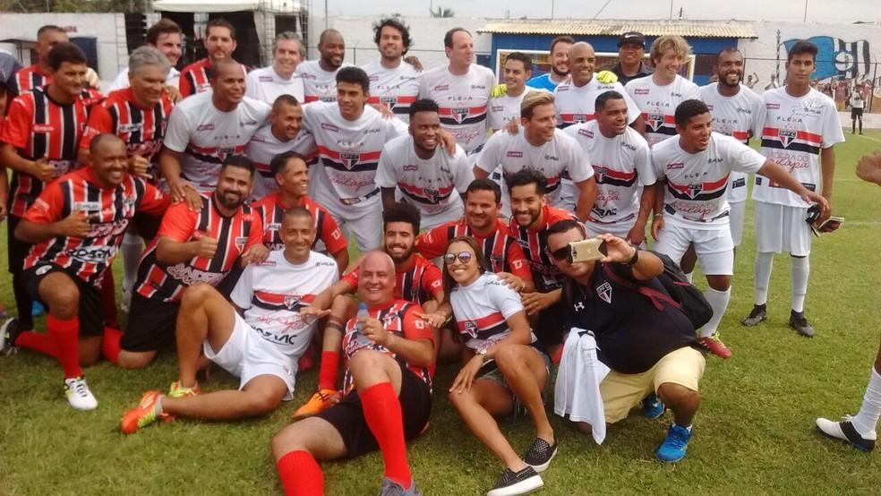 Ídolos e torcedores se juntaram em Atalaia para homenagear Chulapa (Foto: Leonardo Freire/GloboEsporte.com)