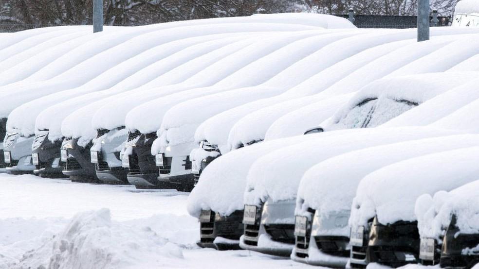 Berlim também registrou intensas nevascas; em toda Europa, voos foram alterados, trens cancelados e escolas fechadas  (Foto: AFP/BBC)