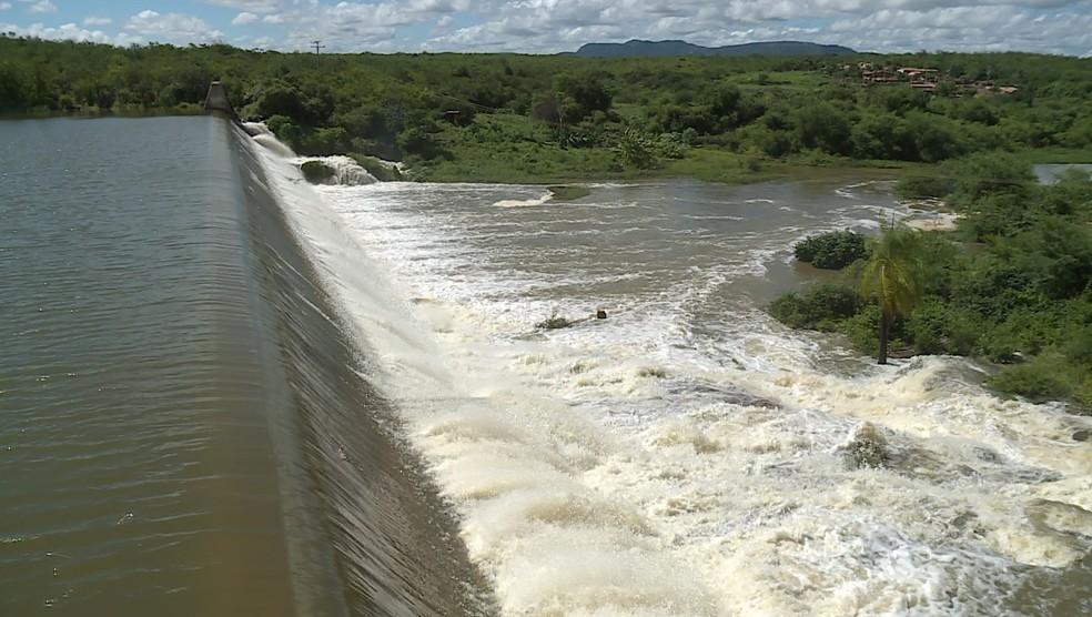 A barragem Senador Nilo Coelho, em Terra Nova, transbordou  — Foto: Reprodução / TV Grande Rio