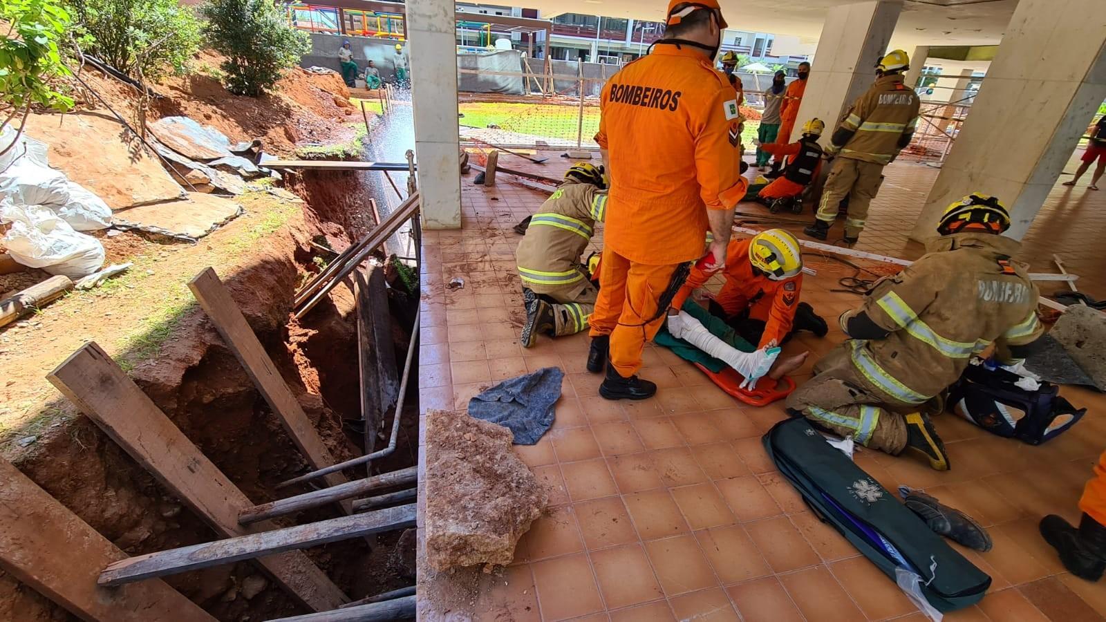 Dois funcionários são parcialmente soterrados após desabamento em obra de condomínio em Brasília
