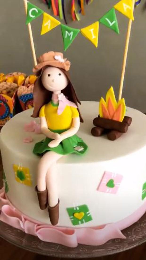 Bolo de aniversário de Camila Queiroz (Foto: Reprodução/Instagram)