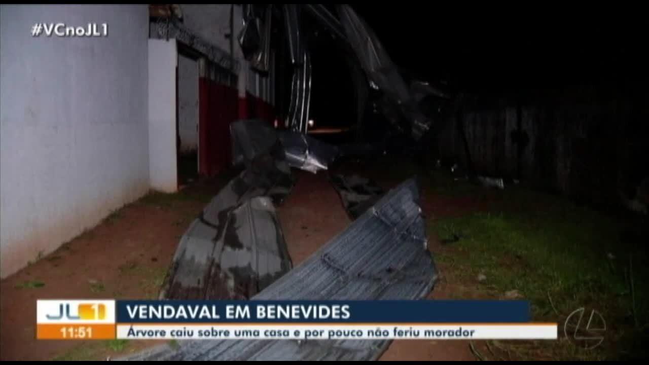 Vendaval causa estragos em Benevides, no Pará