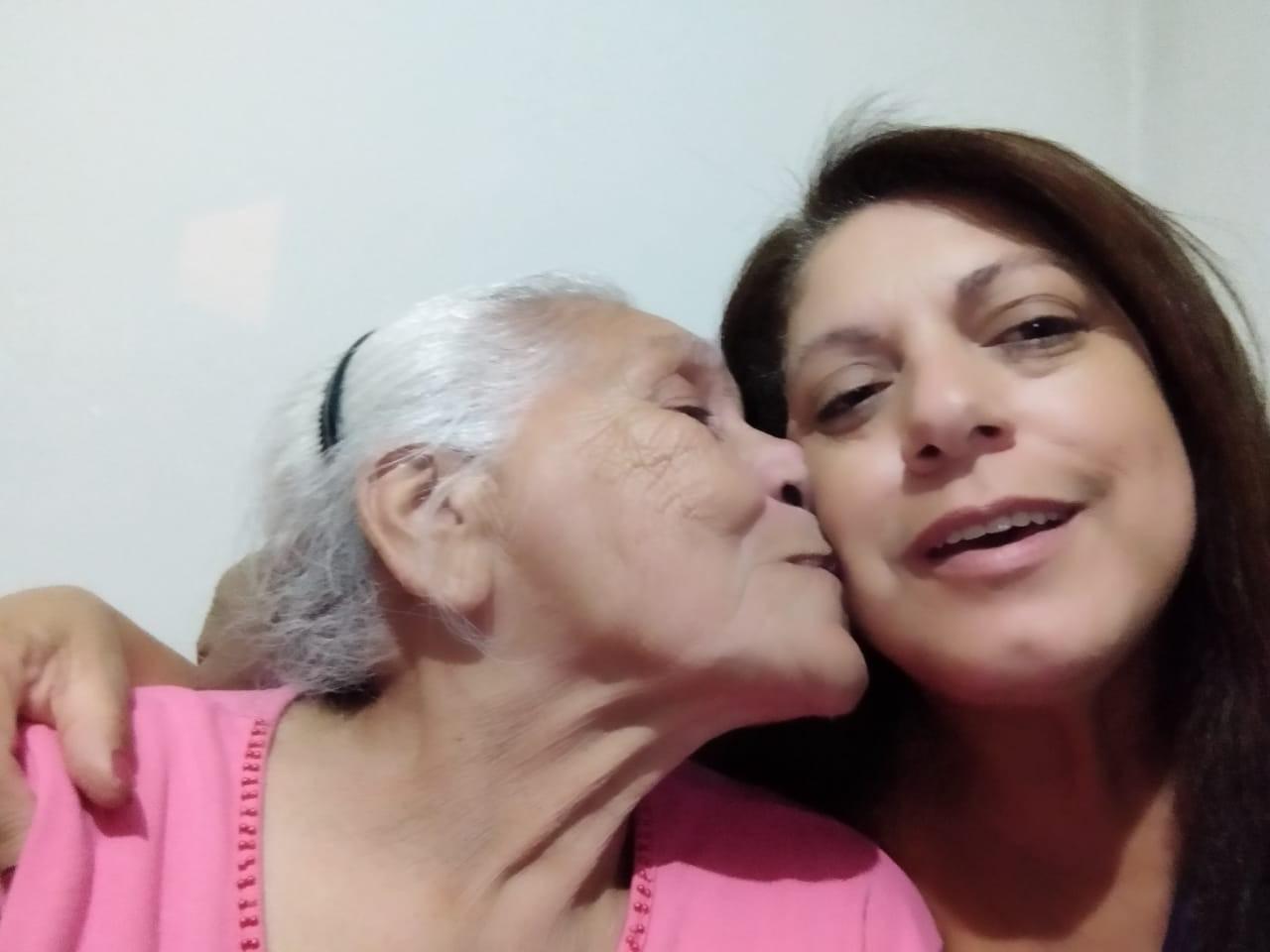 Mulher que buscava por irmã gêmea encontra mãe biológica 'sem querer'