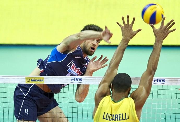 Liga Mundial de Vôlei: Brasil x Itália na Cracóvia - Luca Vettori e Lucarelli na rede (Foto: Divulgação / FIVB)