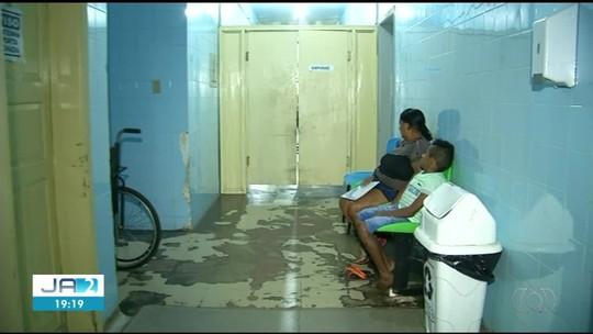 Hospital parcialmente interditado tem azulejos quebrados, infiltrações e falta de equipamentos