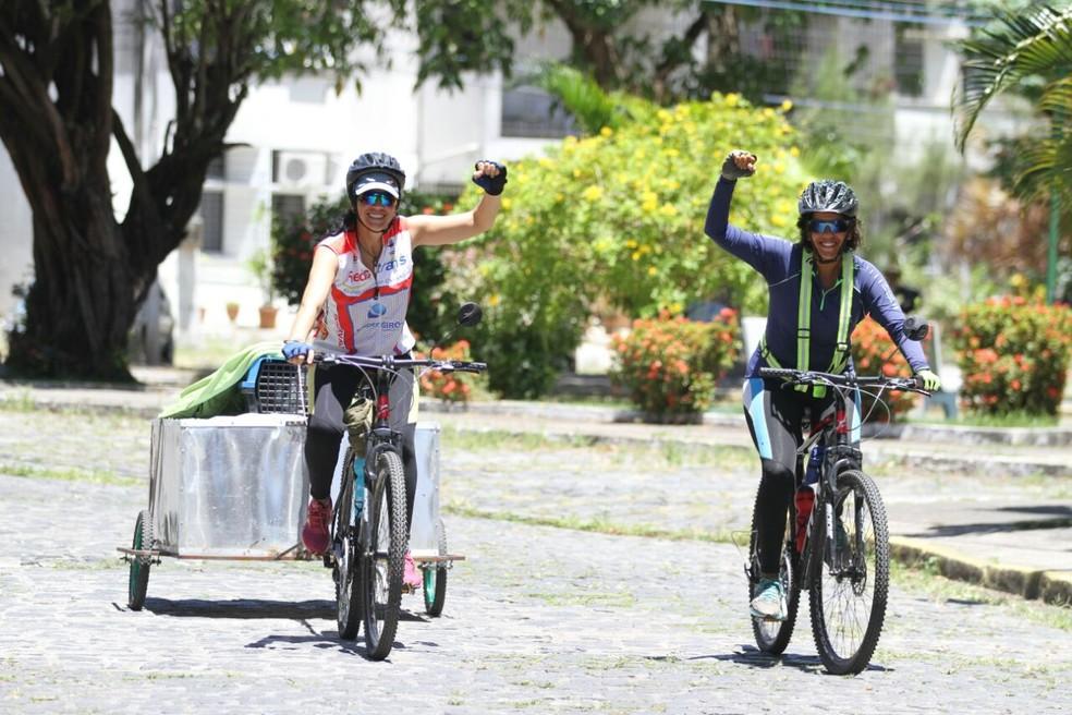 A recifense Raphaella e a uruguaia Elizabeth decidiram largar tudo para viajar de bicicleta (Foto: Marlon Costa/Pernambuco Press)