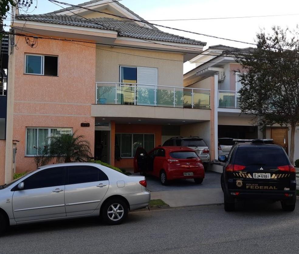 PF cumpre mandados em condomínio de alto padrão de Sorocaba (Foto: Jomar Bellini/TV TEM )