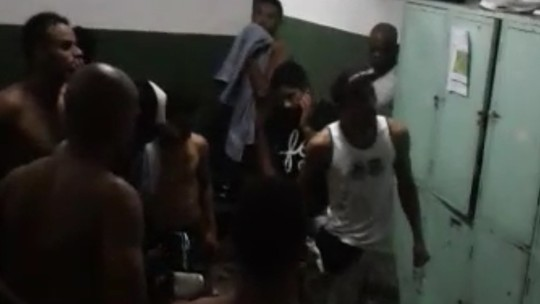 Com aval de dirigentes, torcedores de organizada pressionam atletas no vestiário; assista ao vídeo