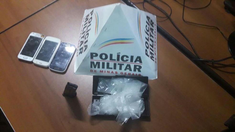 Polícia apreendeu maconha e celulares (Foto: Polícia Militar/ Divulgação)