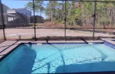 A piscina da mansão é cercada para evitar a entrada de animais como crocodilos Reprodução