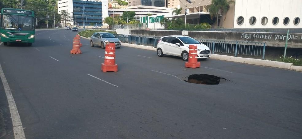 Cratera se abre em ponte na região da Avenida Tancredo Neves, em Salvador — Foto: Cid Vaz/TV Bahia