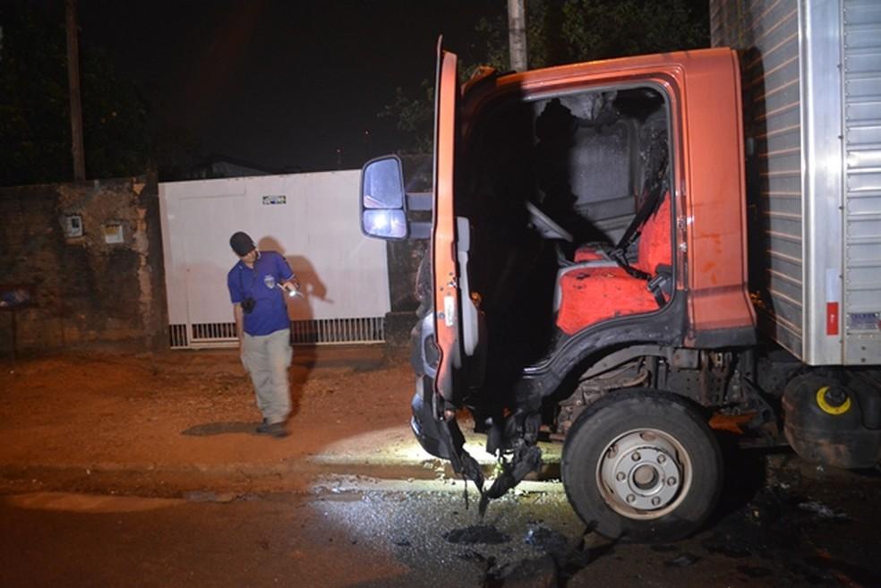 Caminhão é incendiado em Ariquemes — Foto: Jefferson Sanches/190 Urgente