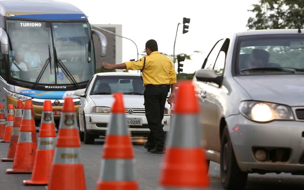Agente manda carro parar em blitz do Detran no Distrito Federal (Foto: Tony Winston/Agência Brasília)