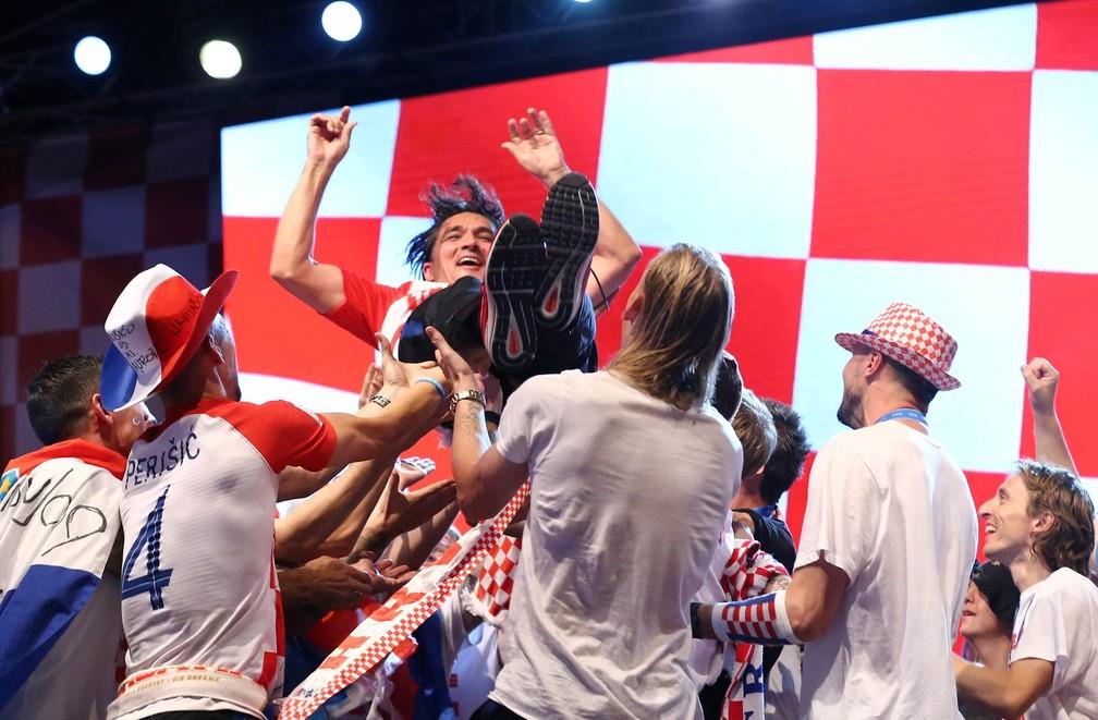 O técnico da Croácia, Zlatko Dalic, é jogado para cima durante festa no palco montado para receber a seleção de futebol em Zagreb (Foto: Antonio Bronic/Reuters)