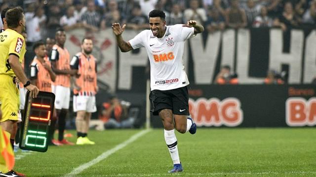 Gustagol comemora o segundo gol do Corinthians