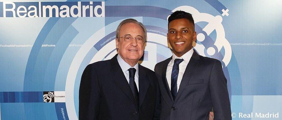 Rodrygo com Florentino Pérez, presidente do Real Madrid  — Foto: Divulgação/Real Madrid