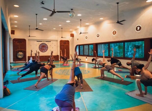 Práticas como yoga, meditação e terapias de relaxamento estão entre as atividades principais do hotel (Foto: Holistika Hotel/ Reprodução)