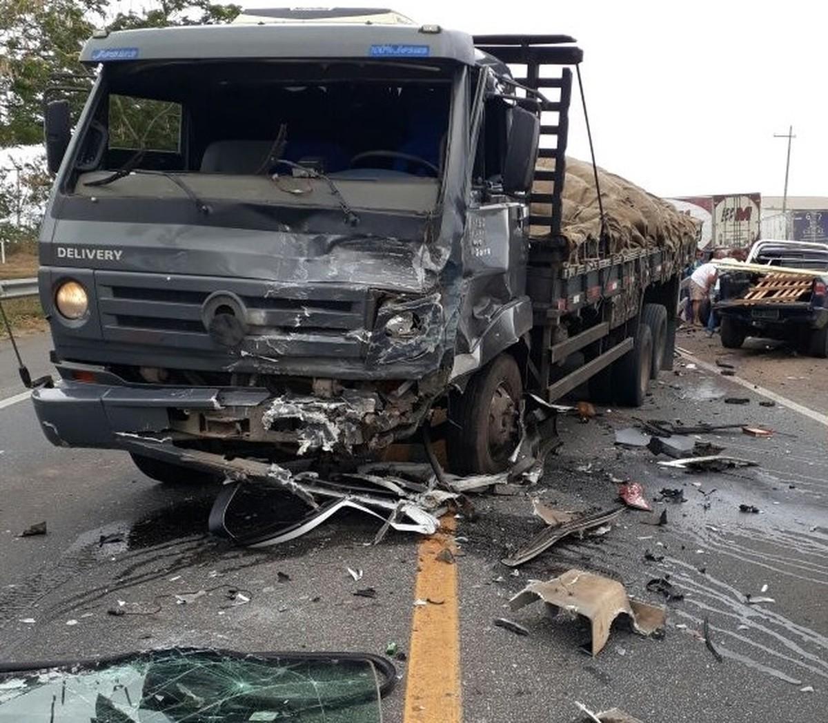 Homem morre e dois ficam feridos em colisão envolvendo caminhão e dois carros na BR-101, em Campos