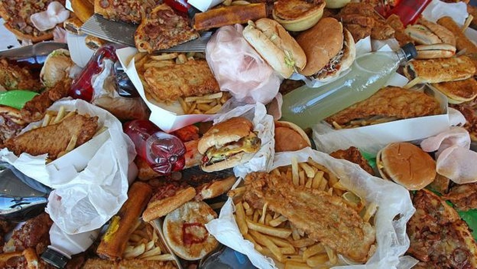O preço mais baixo de alimentos que não são saudáveis está associado a um risco maior de obesidade para os mais pobres — Foto: Getty Images/BBC