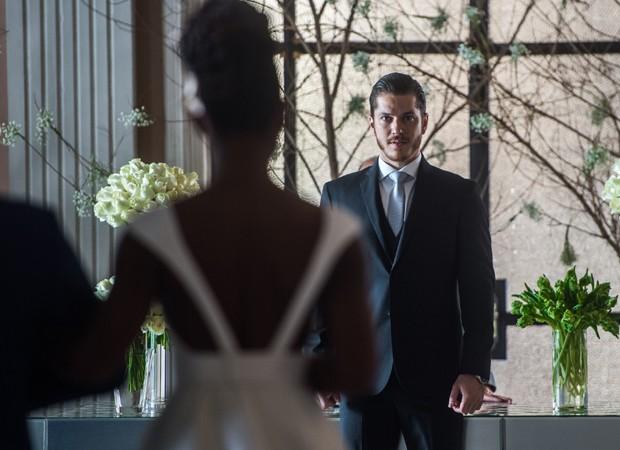Érika Januza e Caio Paduan gravam cena de casamento dos personagens (Foto: Divulgação/TV Globo)