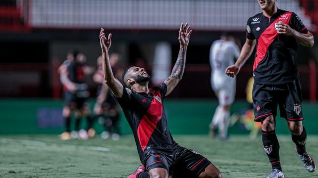 Wellington Rato comemora em Atlético-GO x Fluminense
