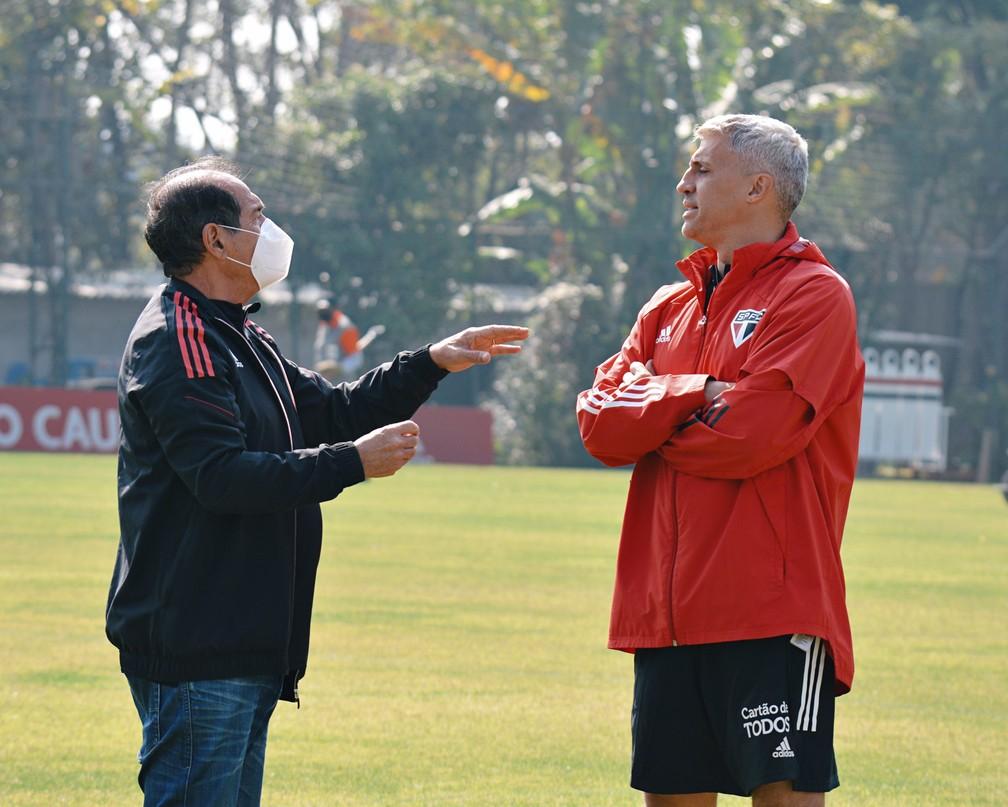 Muricy Ramalho e Hernan Crespo conversam durante treinamento do São Paulo — Foto: Erico Leonan / saopaulofc