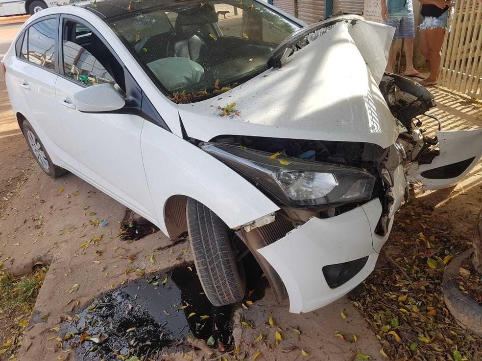 Frente do carro ficou destruída com o impacto da batida (Foto: Reprodução/Blog Braga)
