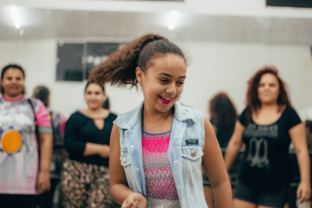 Bailarina de Bauru vence concurso internacional de dança com apresentação virtual de samba