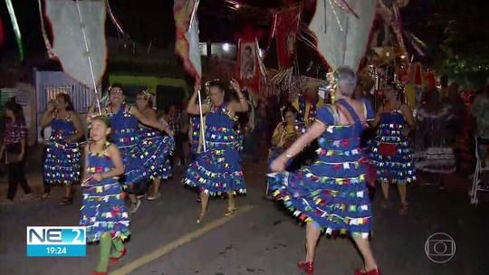 Em ritmo de forró, procissão de bandeiras homenageia santos juninos