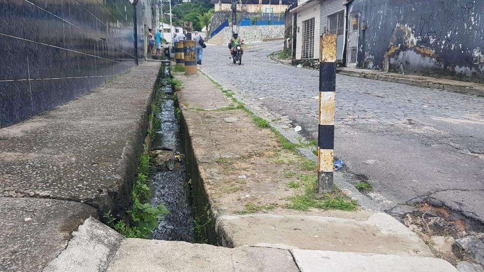 Homem caiu em córrego na rua Maria Adelaide Castelo Branco e foi arrastado pela água da chuva — Foto: Reprodução/WhatsApp