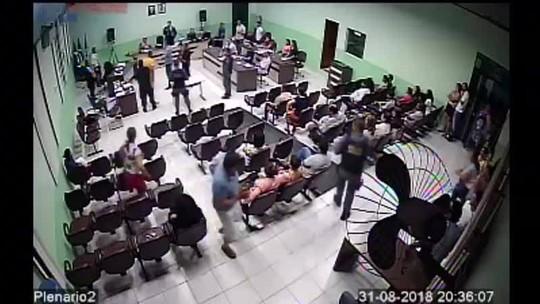 Vídeo mostra momento em que réu arremessa garrafa d'água em juiz de MT ao ser condenado por homicídio