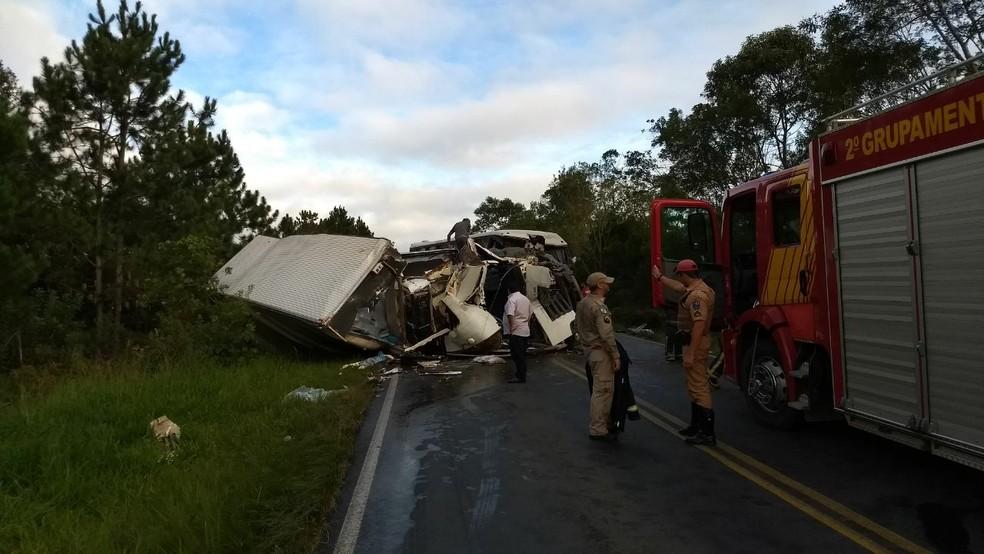 Acidente em Palmeira aconteceu por volta das 6h desta segunda-feira (16) (Foto: André Salamucha/RPC)